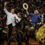 25309960 - QUASE CAINDO: Bolsonaro cavalga na Festa de Peão de Boiadeiro e promete apoiar rodeios