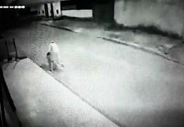 Vídeo mostra momento em que homem mata namorada a facadas; assista