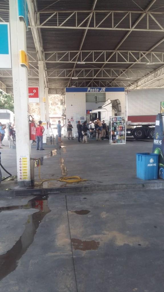 50adb016 14bf 4a4b bef6 490cf19fd1f0 576x1024 - EFEITO DE DROGAS? Motorista é preso pela PRF após invadir posto de combustível com carreta - VEJA VÍDEOS