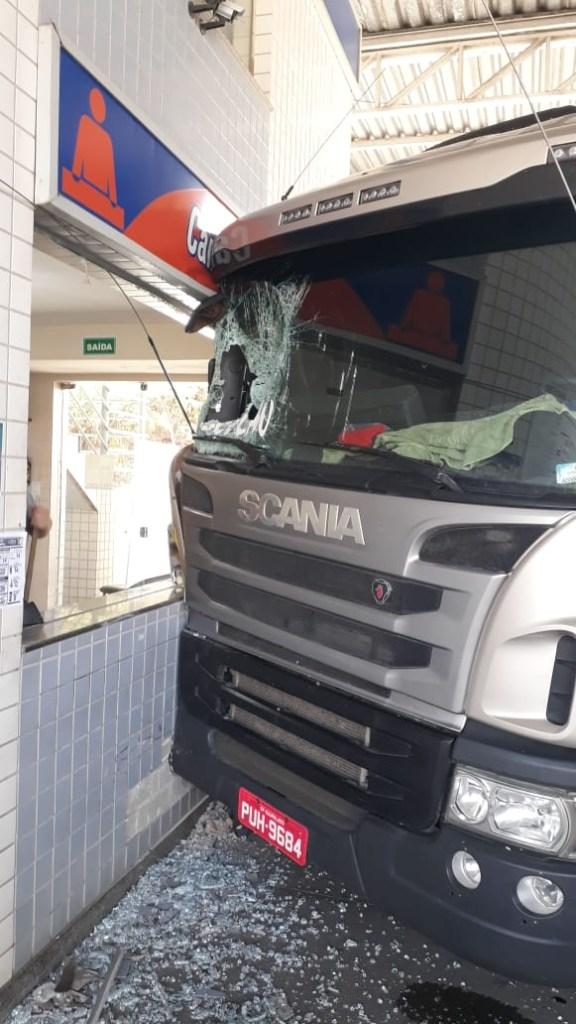 50f63be0 83c5 4bd1 a4dd 98af7d8435dd 576x1024 - EFEITO DE DROGAS? Motorista é preso pela PRF após invadir posto de combustível com carreta - VEJA VÍDEOS