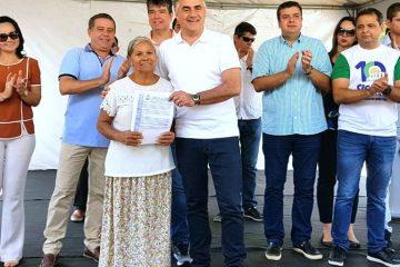 Luciano Cartaxo 5 1200x480 - Luciano Cartaxo entrega 190 títulos de regularização fundiária e beneficia quase 800 pessoas no Muçumagro
