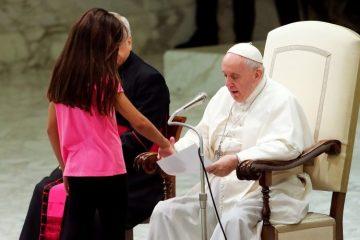 PAPA FRANCISCO e1566498105312 - Criança invade palco onde o Papa Francisco ministrava missa - VEJA VÍDEO
