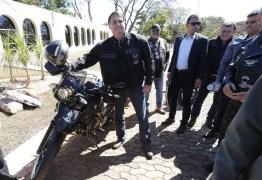 PASSEIO DE DIA DOS PAIS: Bolsonaro anda de moto, pilota jet ski e visita feira