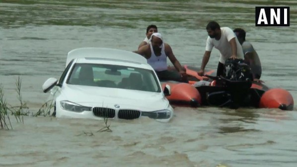 bmw em rio na india 1565632253554 v2 900x506 300x169 - Chateado por não ganhar Jaguar em seu aniversário, rapaz joga BMW em rio - VEJA VÍDEO