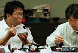 Japonês é punido por sair para almoço três minutos antes do horário