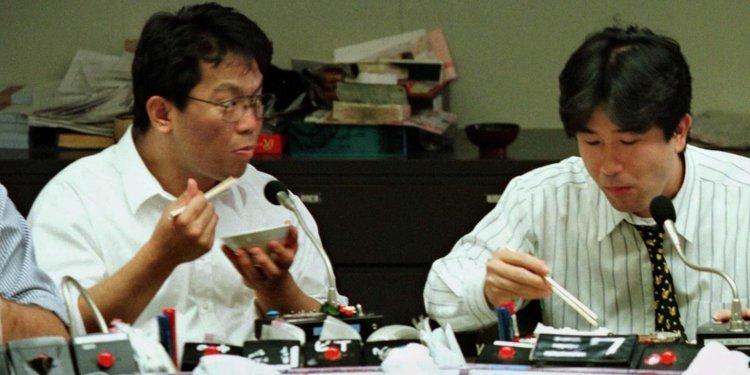 japoneses almocando - Japonês é punido por sair para almoço três minutos antes do horário