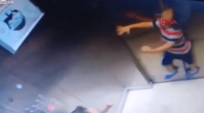 Criança de 5 anos quase se enforca dentro de elevador: VEJA VÍDEO