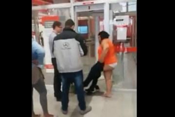 mulher nua - Mulher fica semi nua ao tentar entrar em agência do Santander - VEJA VÍDEO