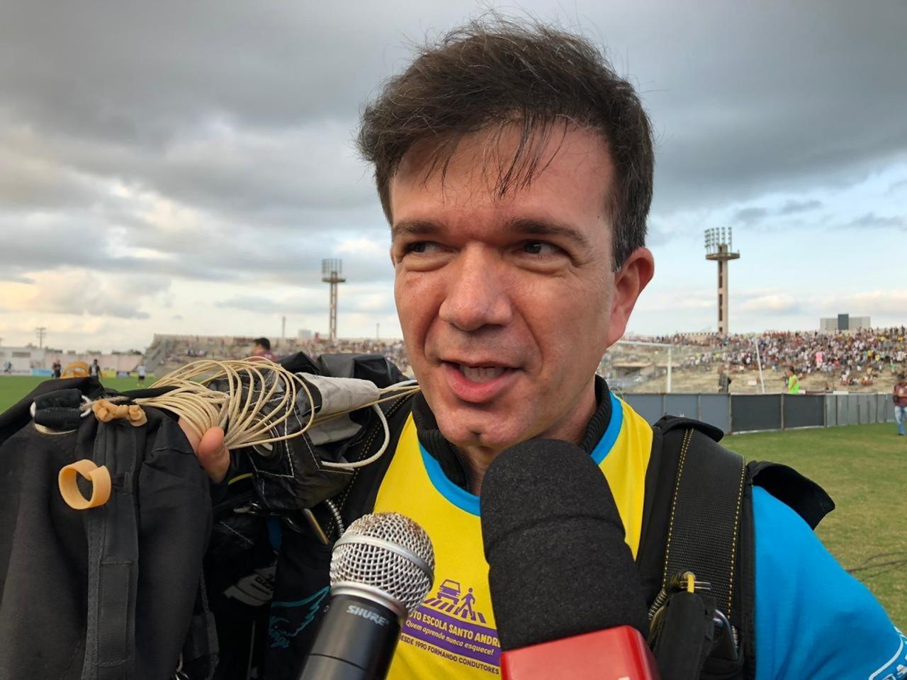 photo 2019 08 24 16 41 21 - SANFONEIRO ALADO: Waldonys desce de paraquedas no meio do estádio Amigão tocando hino na sanfona - VEJA VÍDEO
