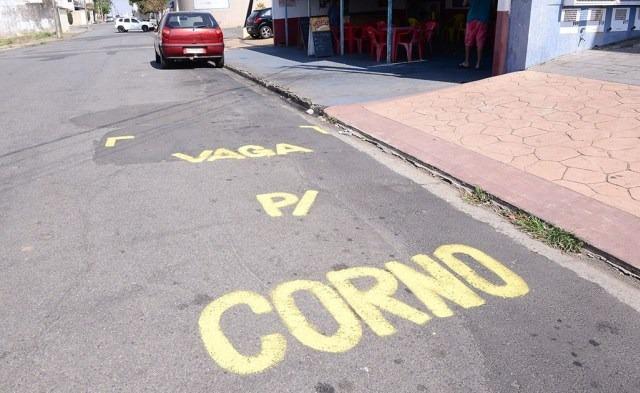 rua china - 'VAGA PARA CORNO': mensagem é pintada por comerciante cansado de ver veículos estacionados em frente a sua loja