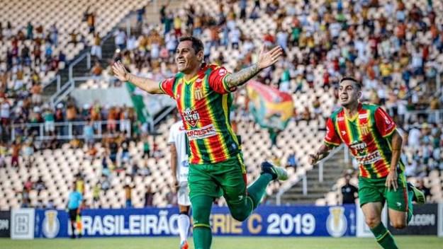 sampaio ccDpgrj 300x169 - Sampaio dispara na liderança da Série C, após derrotar o Treze por 2 a 0
