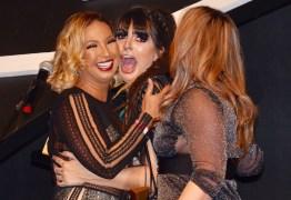 Valesca Popozuda dá beijo triplo em premiação pornô