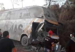 GRAVE: Acidente envolvendo ônibus do cantor Jonas Esticado deixa três feridos