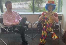 Ao saber que seria demitido funcionário leva palhaço para lhe dar apoio durante reunião