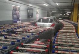 Funcionários de mercado dão lição em condutor que estacionou mal