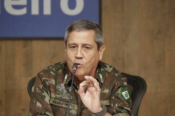 General Braga Netto diz que 'homens armados de fuzil não podem ser vistos como uma situação normal'
