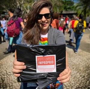 ED4R yEWsAAl8kp 300x296 - Pedido de Crivella para recolher livro que mostra beijo gay é repudiado e ganha capa da Folha de São Paulo