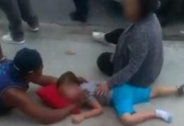 Policial de férias deita junto a criança atropelada para acalmá-la – VEJA IMAGEM