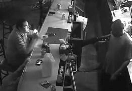 Homem enfrenta ladrão fortemente armado durante assalto: 'Atira em mim, não dou a mínima' – VEJA VÍDEO