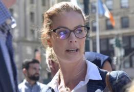 """Mulher conta que fugiu de """"ilha de pedófilos' nadando no mar cheio de tubarões"""