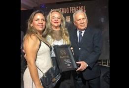 Drª Paula recebe Troféu Heitor Falcão pela atuação na ALPB