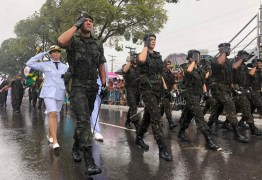 Sob chuvas, desfile cívico-militar reúne cinco mil pessoas em João Pessoa