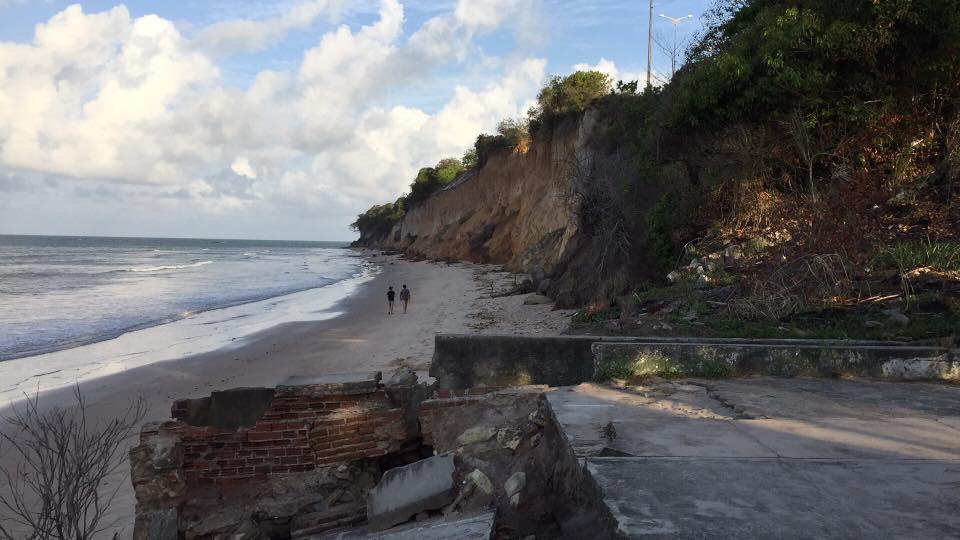foto barreira ricardo lombard GAB - Geógrafo questiona estratégias da PMJP para combater erosão na barreira do Cabo Branco