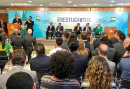 Bolsonaro assina MP que cria carteirinha estudantil digital, emitida pelo governo