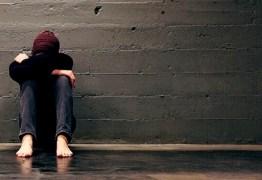 Especialista ressalta que séries e filmes que abordam suicídio podem estimular prática do ato