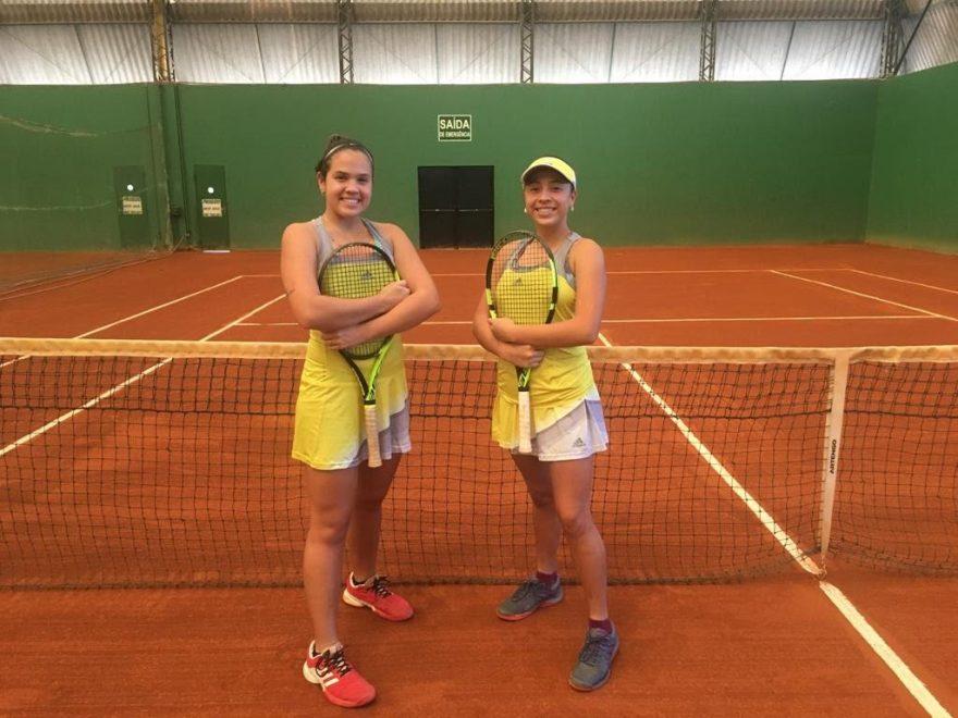 tayna e taynara - Jovens campeãs de tênis chegam à Paraíba para temporada de treinamentos