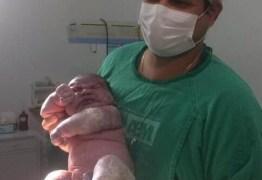 BEBEZÃO: 'Levei um susto quando vi ele', diz mãe de recém nascido de meio metro de altura e 6 Kg