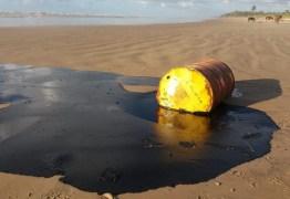Óleo de barris encontrados em praias é o mesmo das manchas que poluem o Nordeste