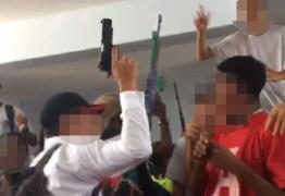 Estudantes desfilam com fuzis e pistolas de brinquedo em colégio