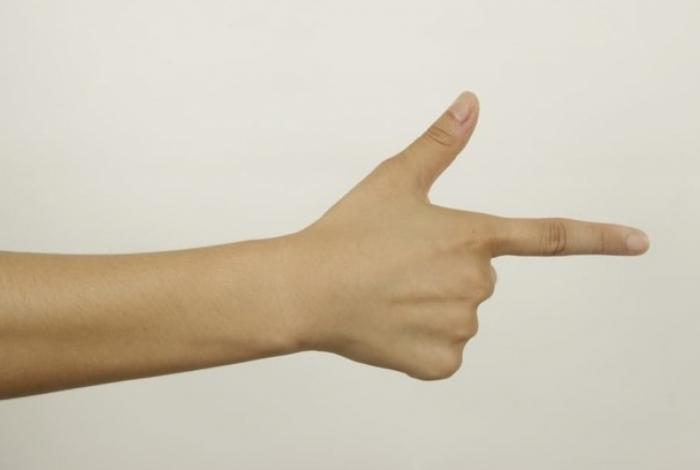 1 mao 13707130 1 - Menina é presa após ameaçar colegas de classe com 'arma de dedo'