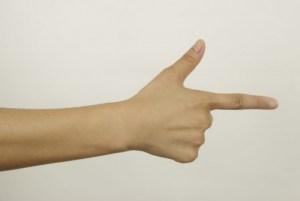 1 mao 13707130 300x201 - Menina de 13 anos é presa após ameaçar colegas de classe com 'arma de dedo'