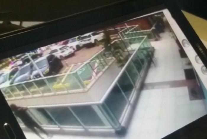 1 sem t  tulo 13647276 - Câmera flagra momento em que filha de bicheiro é baleada - VEJA VÍDEO