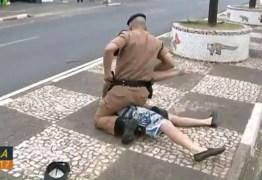 Policial prende suspeito enquanto concedia entrevista para canal televisivo – VEJA VÍDEO