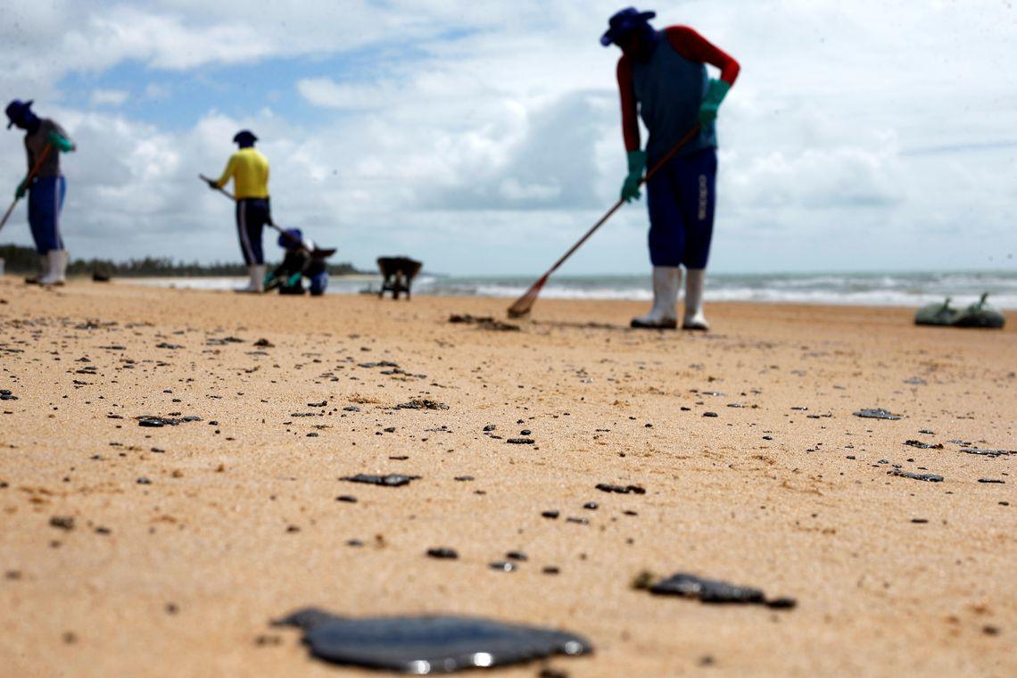 2019 10 14t150807z 1926913148 rc1bf2718fc0 rtrmadp 3 brazil environment oil - Mais de 4,3 toneladas de óleo já foram retiradas das praias nordestinas