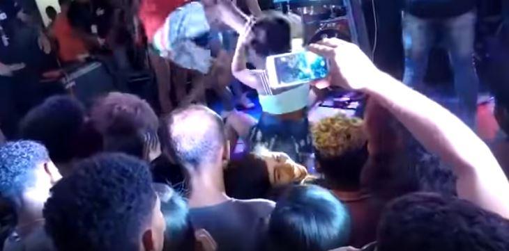 COVARDIA: Homem invade palco e agride namorada com chutes no rosto: VEJA VÍDEO