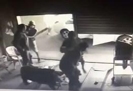 Homem tenta assaltar posto de gasolina com arma de brinquedo e é morto por policial aposentado – VEJA VÍDEO