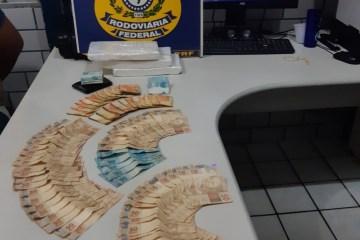PRF Aprensão  - EM MAMANGUAPE: PRF para homem em fiscalização de rotina e encontra mais de três quilos de cocaína e grande quantidade em dinheiro