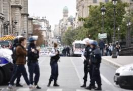 Homem invade sede da Polícia e mata quatro pessoas a facadas em Paris