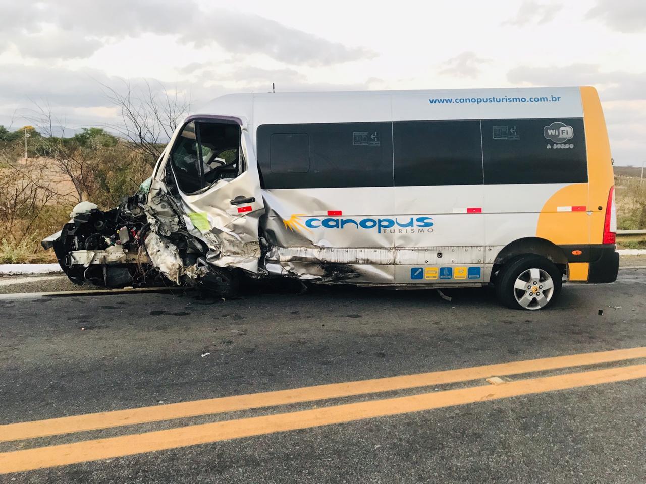 WhatsApp Image 2019 10 05 at 08.49.15 1 - COLISÃO FRONTAL: grave acidente entre carro e van deixa um morto e seis feridos em Patos