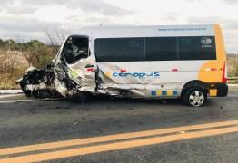 COLISÃO FRONTAL: grave acidente entre carro e van deixa um morto e seis feridos em Patos