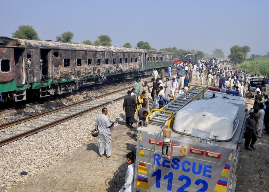 ap19304315679999 1024x732 - TRAGÉDIA EM FERROVIA: Explosão de botijão em trem mata mais de 70 no Paquistão