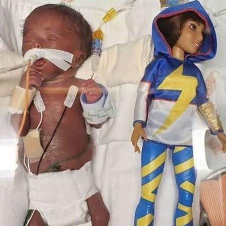 bebe nasceu menor do que uma barbie nos eua 1571782058107 v2 450x450 - MENOR QUE UMA BARBIE: Bebê nasce prematuro, supera risco de morte e recebe alta hospitalar
