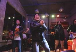 Após anunciar saída da TV Cabo branco, Bruno Sakauê divulga agenda de show com banda de rock