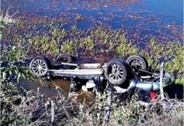 Motorista perde controle e carro cai dentro de açude