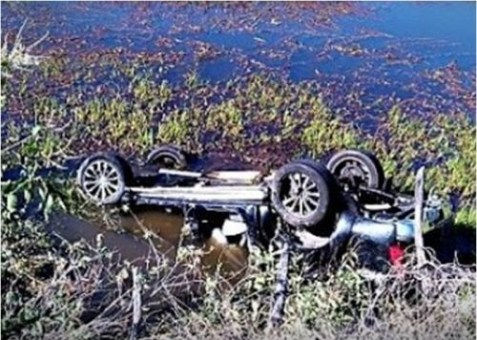 carro1 300x214 - Motorista perde controle e carro cai dentro de açude