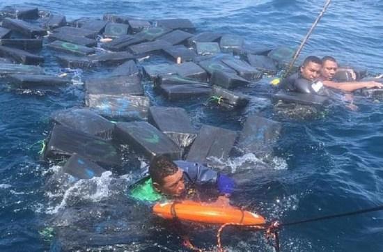 Após naufrágio, traficantes usam pacotes de cocaína como boia para se salvar